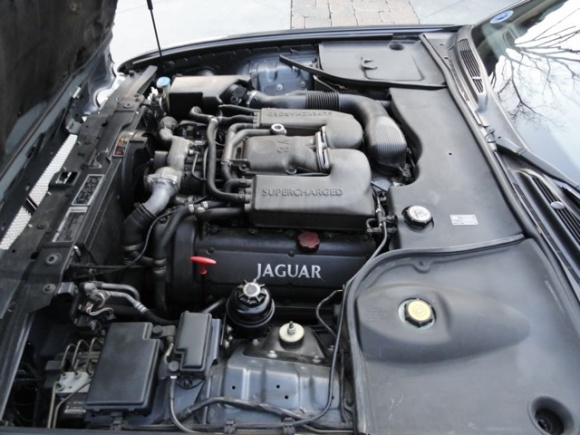 2001_Jaguar_XJR_Supercharged_Engine